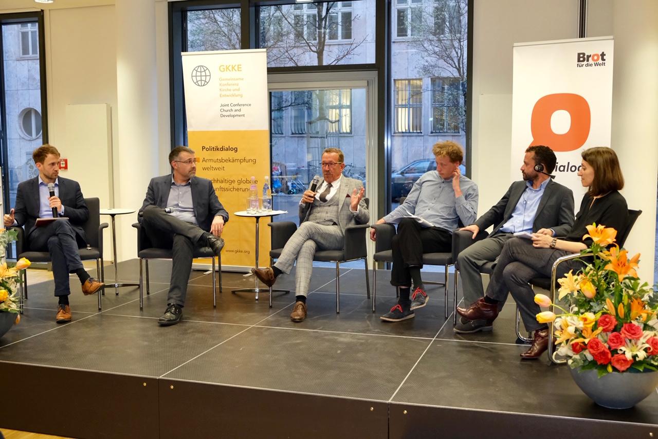 Andreas Dieterich (Brot für die Welt), Dr. Max Mutschler (GKKE und BICC), Karl-Heinz Brunner MdB (SPD), Dr. Christian Schliemann (ECCHR), Santiago Aguirre (Menschenrechtsanwalt Mexiko), Dolmetscherin